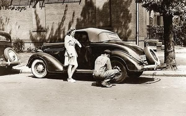 ChangingtireforgirlWashingtonDC1942.jpg